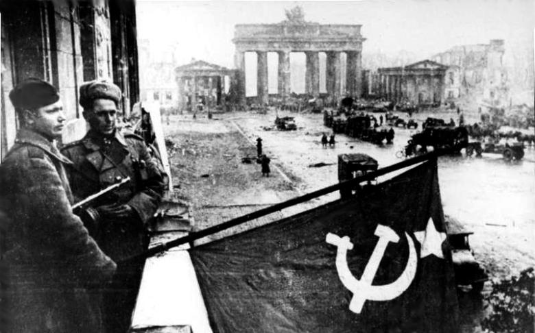 Bundesarchiv_Bild_183-R77767,_Berlin,_Rotarmisten_Unter_den_Linden.jpg