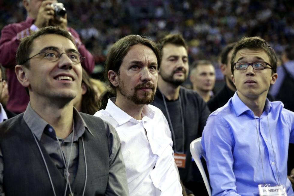 """GRA059. MADRID, 18/10/2014.- El líder de Podemos, Pablo Iglesias (c), junto a Juan Carlos Monedero (i) e Iñigo Errejón (d), en la Asamblea Ciudadana """"Sí Se Puede"""", que durante dos días someterá a examen las propuestas presentadas por los diferentes equipos sobre el modelo de partido que quieren construir, su organización y sus principios éticos y políticos. EFE/Zipi"""