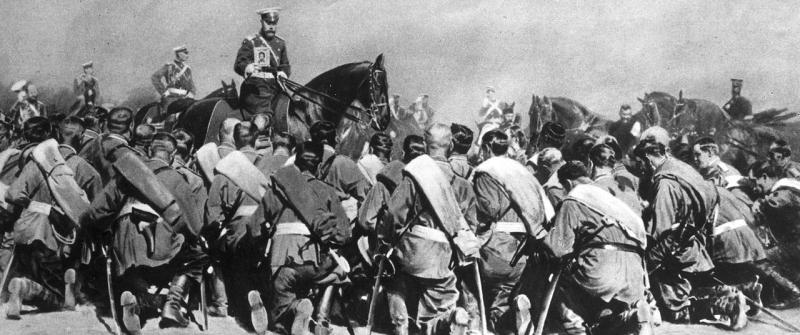 El Zar nicolás segundo exhibe un ícono a las tropas rusas.