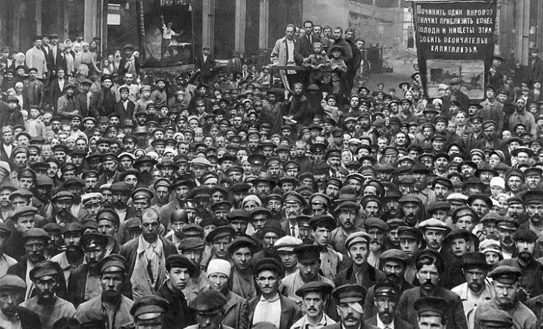 Asamblea para las eleciones al Soviet de Petrogrado de los trabajadores de la fábrica metalúrgica Putilov en en el distrito de Vyborg.