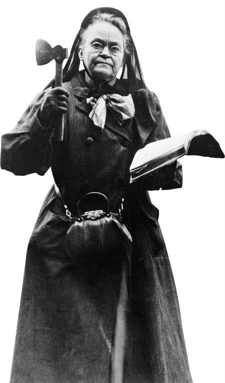 Carrie A. Nation con una biblia, su hacha y un lazo blanco en el cuello, emblema del movimiento por la templanza