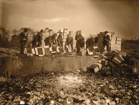 Destrucción de botellas de whisky y cerveza en 1923. Durante la Prohibición fue habitual la destrucción de bebidas alcohólicas y su publicación en fotografías con intención propag