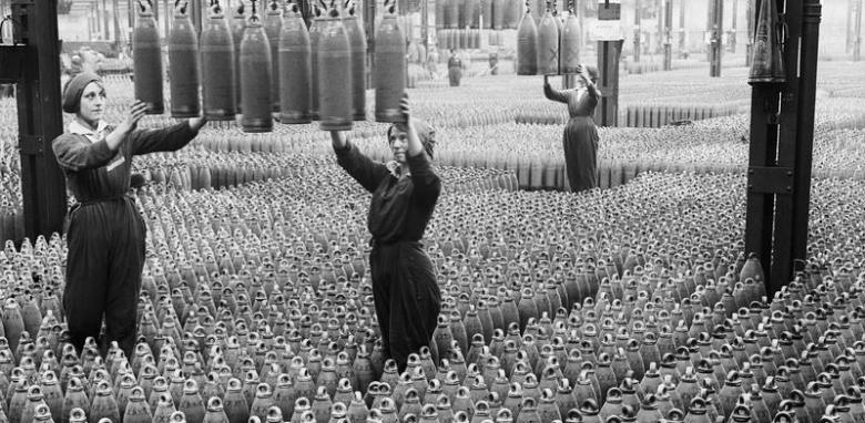 Obreras trabajando en la una fábrica de Chilwell en 1917. © IWM (Q 30040)